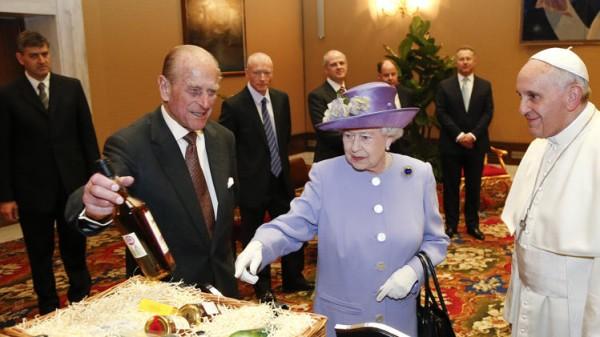 La reina cabalista anglicana departe con su homólogo Sinagoglio.